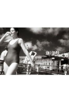 Lip International poster divers in pool zwart wit