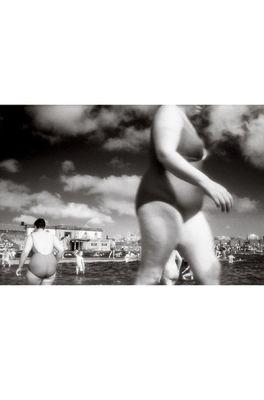 Lip International poster two women in pool zwart wit