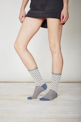 Thought witte sokken met blauwe lijnen